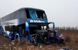 Tras el impacto el automóvil quedó incrustado en el frente del colectivo.
