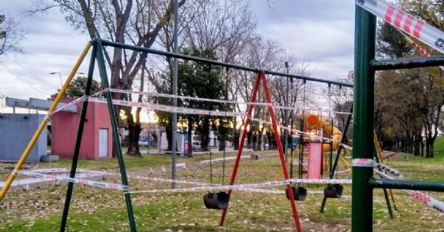 El Municipio coloca vallados en juegos infantiles de espacios públicos