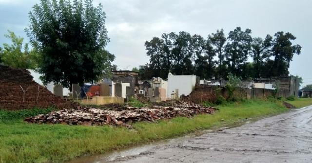 Se desmoronó una pared lateral del Cementerio Municipal