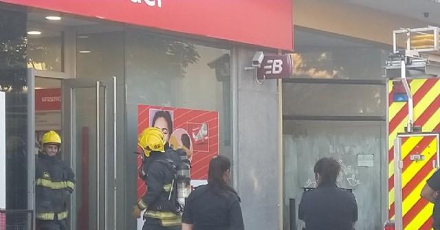 Bomberos Voluntarios actuaron en un siniestro en el Banco Santander