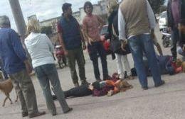Una moto con dos mujeres a bordo cayó al piso.