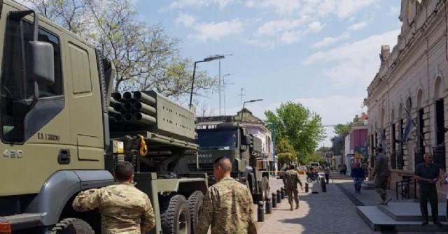 Una caravana del Ejército recorrió las calles de Rojas