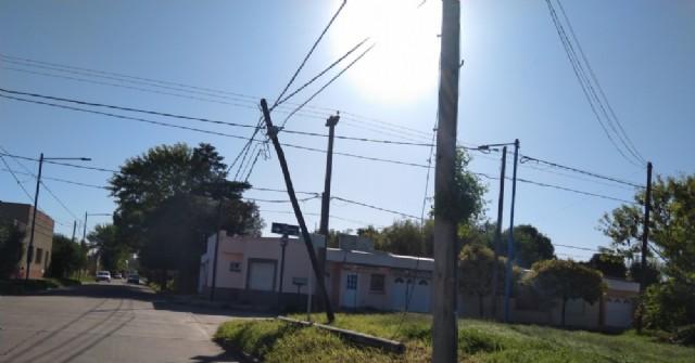 Vecinos reclaman por el reemplazo de un poste en la esquina de Necochea y General Villegas
