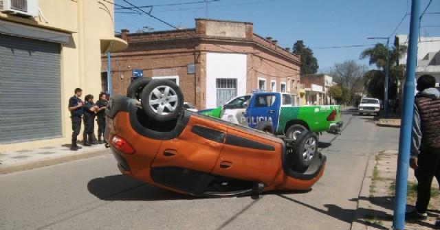 Chocaron dos autos en la esquina de Iribarne y Zapiola