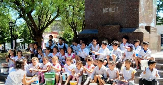 Alumnos de la Escuela Primaria N° 1 cantan canciones en la Plaza San Martín