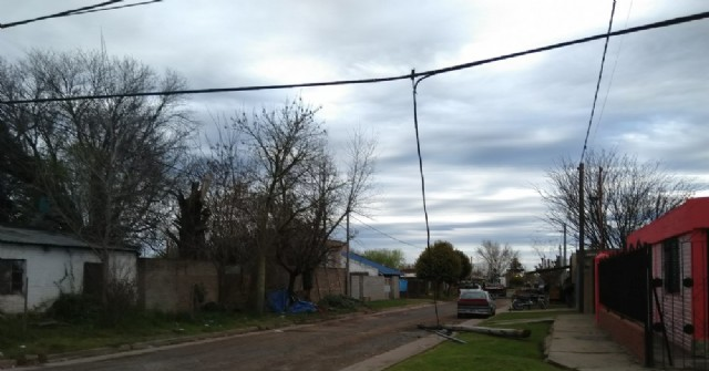 La caída de postes de la empresa Telefónica causa problemas a los vecinos de Santa Teresa