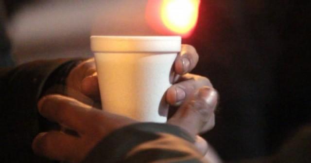 Vecinos solidarios buscan colaboración para ayudar a una familia que quedó en la calle