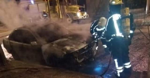 Incendian el auto de la pareja de una trabajadora de la salud en Venado Tuerto