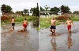 Los jóvenes de Junín aprovecharon el agua de las calles para refrescarse.
