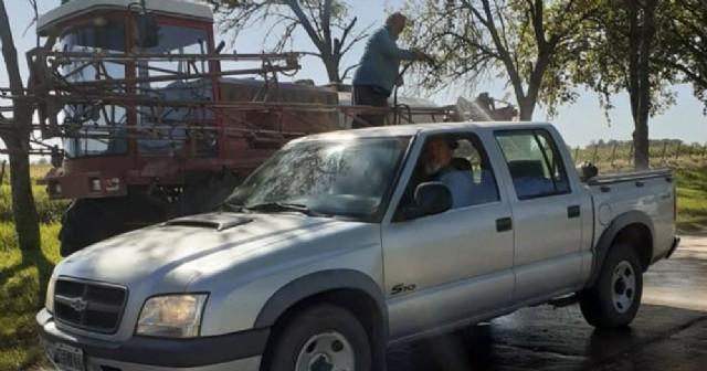 Vecinos de Rafael Obligado instalaron un sistema de desinfección vehicular en el ingreso a la localidad