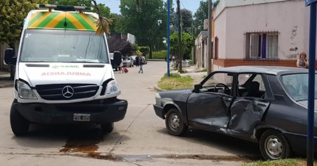 Fuerte choque entre una ambulancia y un auto