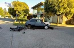 Fuerte choque entre un auto y una moto